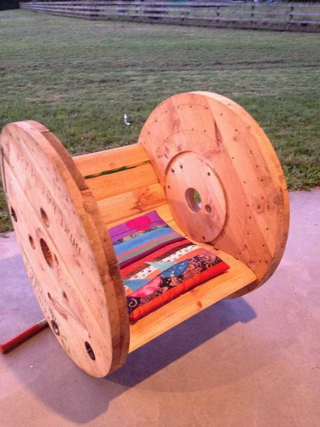 Кресло качалка из кабельной катушки