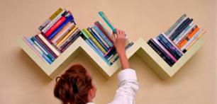 Навесные полки для книг в маленькой квартире