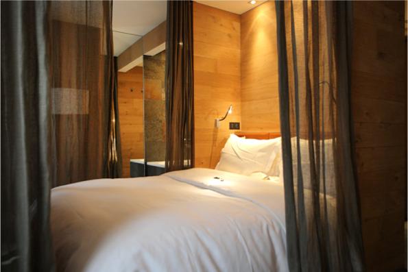 Кровать отгороженная занавесками