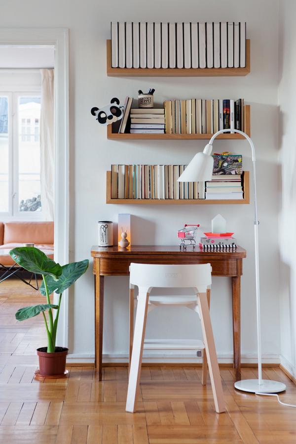 Полки над письменным столом. Фото