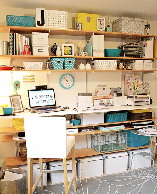 Полки над рабочим столом. Фото