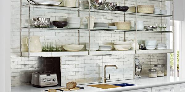 Полки над разделочным столом на кухне. Фото