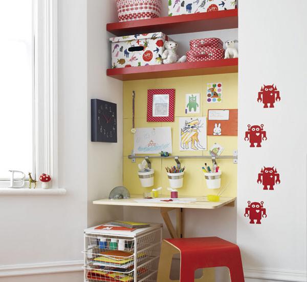 Полки над столом в детской. Фото