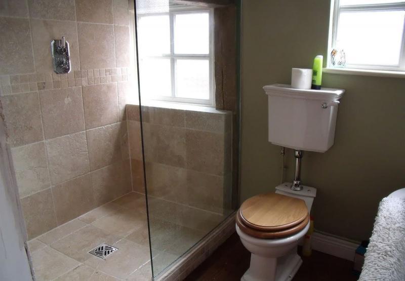 Интерьер маленькой ванной комнаты 9