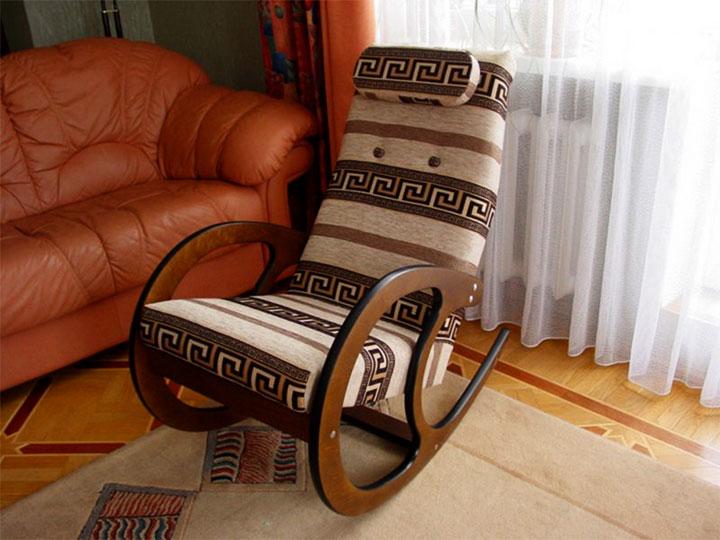 Кресло-качалка с мягкой обивкой